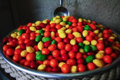 El caramelo y el chicle felices hacen compras, las frutas dulces del caramelo Imagenes de archivo