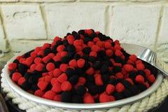 El caramelo y el chicle felices hacen compras, las frutas dulces del caramelo Fotos de archivo