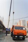 El carane móvil descarga el equipo del camión Fotos de archivo
