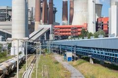 El carbón de las torres y de las chimeneas de enfriamiento encendió la planta del poder en Alemania fotografía de archivo libre de regalías