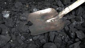El carbón de leña negro cae dormido con una pala del hierro en una chimenea imágenes de archivo libres de regalías