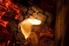 El carbón junta las piezas con la llama en la textura de la chimenea foto de archivo libre de regalías