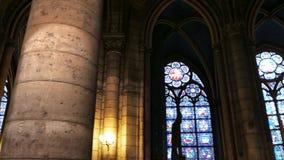 El cardán tiró caminar dentro de la catedral de Notre Dame, París metrajes