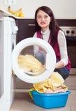 el cargamento de la mujer viste en la lavadora Imagenes de archivo