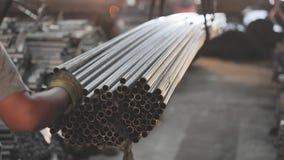 El cargamento del metal en la carrocería, filas del metal instala tubos en la carrocería metrajes