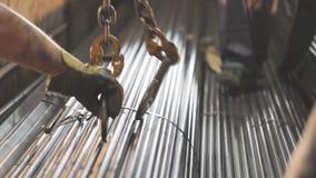 El cargamento del metal en la carrocería, filas del metal instala tubos en la carrocería almacen de video