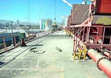 El cargo del cargamento de la escoria de cemento en carguero de graneles en naves cranes en el puerto de Esmirna, Turquía fotos de archivo