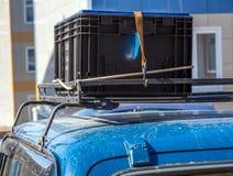 El cargo montó en el tronco del coche fotografía de archivo