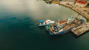 El cargo y el pasajero transitan el puerto en la opinión aérea de la ciudad de Dapa Isla de Siargao, Filipinas almacen de metraje de vídeo