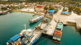 El cargo y el pasajero transitan el puerto en la opinión aérea de la ciudad de Dapa Isla de Siargao, Filipinas metrajes
