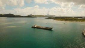 El cargo y el pasajero transitan el puerto en la opinión aérea de la ciudad de Dapa Isla de Siargao, Filipinas almacen de video