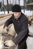 El carpintero acepilla la madera, usando una alisadora eléctrica Imagen de archivo