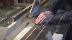 El carpintero asierra a los tableros en una sierra de circular Taller de la carpinter?a almacen de video