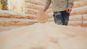 El carpintero comprueba su registro del trabajo que procesa por el billete redondo Albañilería canadiense del ángulo Estilo canad almacen de metraje de vídeo