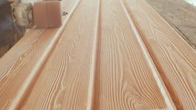 El carpintero de trabajo procesa a tableros Cepillo de alambre durante la madera que trabaja a máquina Trabajo de madera de cepil almacen de metraje de vídeo