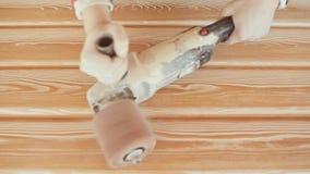 El carpintero de trabajo procesa a tableros Cepillo de alambre durante la madera que trabaja a máquina Trabajo de madera de cepil metrajes