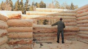 El carpintero dirige el registro es levantado por una grúa Albañilería canadiense del ángulo Estilo canadiense Casa de madera hec almacen de video