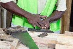 El carpintero en su taller Foto de archivo libre de regalías