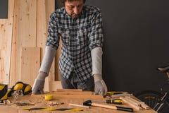 El carpintero está planeando proyecto de la artesanía en madera en taller imagen de archivo libre de regalías