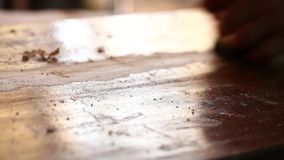 El carpintero está trabajando en el pedazo de madera almacen de video