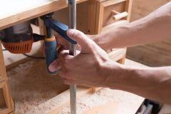 El carpintero hecho a mano y del arte de los muebles del concepto enganchó a procesar la madera en su taller Manos del hombre que imagenes de archivo