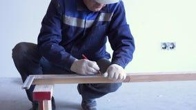 El carpintero principal monta el piso de madera de pino - suelo respetuoso del medio ambiente metrajes