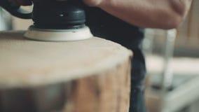 El carpintero profesional muele la madera en taller almacen de video