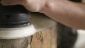 El carpintero profesional muele la madera en taller metrajes