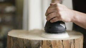 El carpintero profesional muele la madera en taller almacen de metraje de vídeo