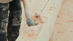 El carpintero talla un semicírculo en el registro Albañilería canadiense del ángulo Estilo canadiense Casa de madera hecha de reg almacen de metraje de vídeo