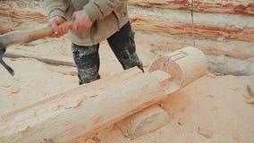 El carpintero talla un semicírculo en el registro Albañilería canadiense del ángulo Estilo canadiense Casa de madera hecha de reg metrajes