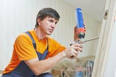 El carpintero trabaja con espuma imagen de archivo