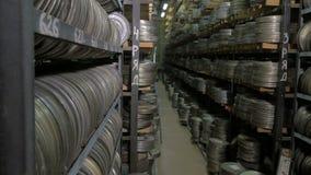 El carrete, el vídeo o las cintas de audio del vintage en un viejo medio archiva shelfs almacen de video