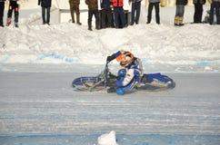 El carretera en el hielo, gira una motocicleta Fotos de archivo libres de regalías
