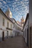 El carril estrecho que lleva a la iglesia de St Anthony Lagos, Algarve, Portugal Imagen de archivo libre de regalías