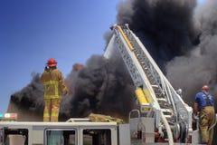 El carro de escala apaga el fuego Imagenes de archivo
