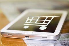 El carro de la compra en la pantalla del teléfono celular fotos de archivo libres de regalías