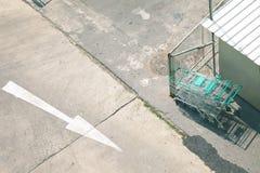 El carro de la parada del supermercado todavía parquea en la tierra fotografía de archivo libre de regalías