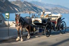 El carro del caballo está permaneciendo en el puerto de ciudad de Paleochora, isla de Creta, Grecia Foto de archivo