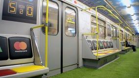 El carro del metro diseñó con estilo del estadio durante el final 2018 de la liga de campeones de UEFA en Kiev, Ucrania, almacen de video