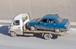 El carro del portador de coche de la ruina entrega el coche dañado fotos de archivo libres de regalías