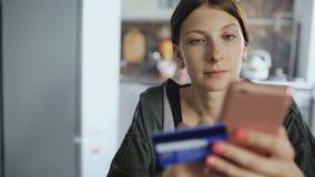 El carro del primer tirado de mujer joven hermosa tiene actividades bancarias en línea y compras usando tarjeta del smartphone y  metrajes