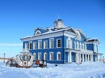 El carro en un edificio azul marino Imagenes de archivo