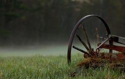 El carro rueda adentro la niebla Imagenes de archivo