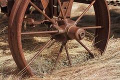 El carro rueda adentro la paja Fotos de archivo libres de regalías