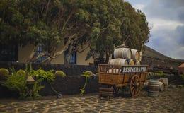 El carro surrealista con el exterior de los barriles cubrió el restaurante Imagenes de archivo