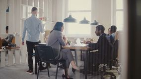 El carro tiró de trabajo en equipo en la tabla moderna de la oficina del desván Los hombres de negocios multiétnicos cooperan, di metrajes