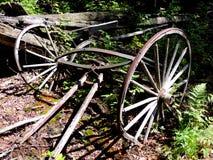 El carro viejo rueda el granero adentro abandonado Foto de archivo libre de regalías