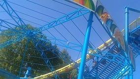 El carrusel del chairoplane en el festival del funfair en parque metrajes