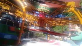El carrusel del chairoplane en el festival del funfair en parque almacen de metraje de vídeo